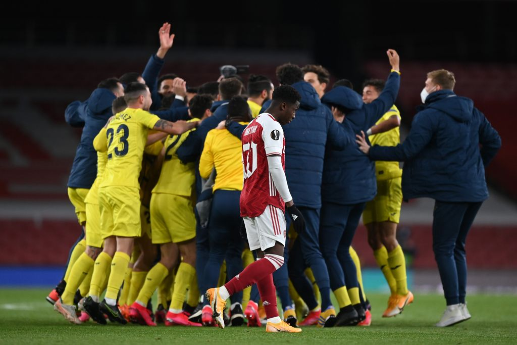 LONDON, ENGLAND - MAY 06: Eddie Nketiah of Arsenal looks dejected as the Villareal CF team celebrate victory following the UEFA Europa League Semi-final Second Leg match between Arsenal and Villareal CF at Emirates Stadium on May 06, 2021 in London, England. Sporting stadiums around Europe remain under strict restrictions due to the Coronavirus Pandemic as Government social distancing laws prohibit fans inside venues resulting in games being played behind closed doors. (Photo by Shaun Botterill/Getty Images)