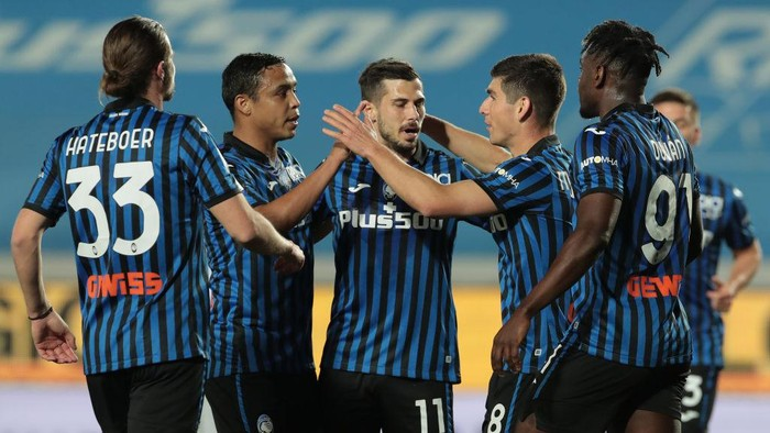 BERGAMO, ITALY - APRIL 25: Ruslan Malinovskyi of Atalanta BC celebrates with Duvan Zapata, Remo Freuler, Luis Muriel and Hans Hateboer after scoring their teams first goal during the Serie A match between Atalanta BC  and Bologna FC at Gewiss Stadium on April 25, 2021 in Bergamo, Italy. Sporting stadiums around Italy remain under strict restrictions due to the Coronavirus Pandemic as Government social distancing laws prohibit fans inside venues resulting in games being played behind closed doors. (Photo by Emilio Andreoli/Getty Images)