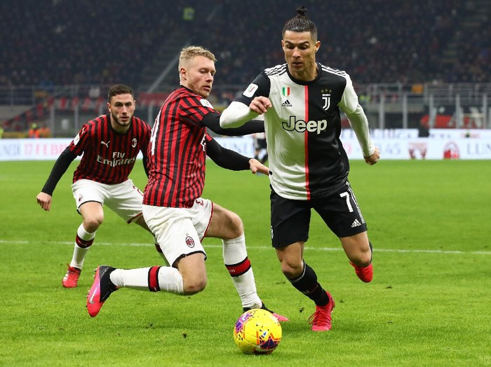 MILAN, ITALY - FEBRUARY 13:  Cristiano Ronaldo (R) of Juventus competes for the ball with Simon Kjaer (L) of AC Milan during the Coppa Italia Semi Final match between AC Milan and Juventus at Stadio Giuseppe Meazza on February 13, 2020 in Milan, Italy.  (Photo by Marco Luzzani/Getty Images)