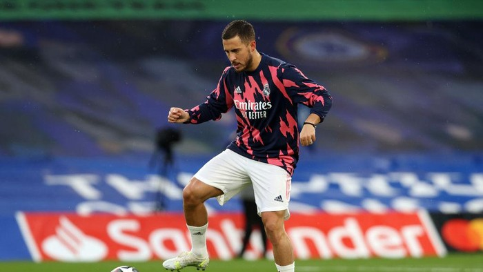 LONDON, ENGLAND - MAY 05: Eden Hazard of Real Madrid warms up prior to the UEFA Champions League Semi Final Second Leg match between Chelsea and Real Madrid at Stamford Bridge on May 05, 2021 in London, England. Sporting stadiums around Europe remain under strict restrictions due to the Coronavirus Pandemic as Government social distancing laws prohibit fans inside venues resulting in games being played behind closed doors. (Photo by Clive Rose/Getty Images)