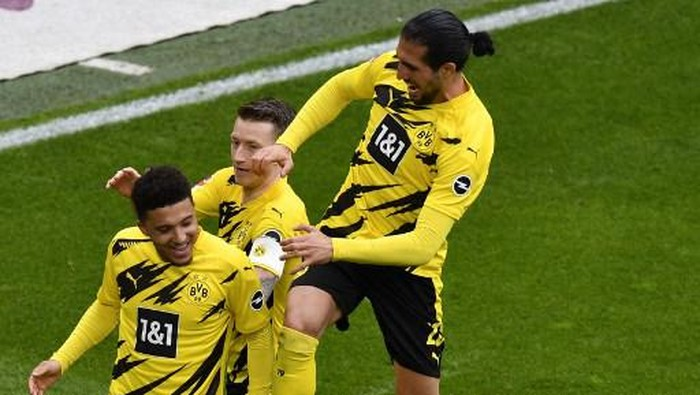 Dortmunds English midfielder Jadon Sancho (front) celebrates with teammates scoring during the German first division Bundesliga football match BVB Borussia Dortmund v RB Leipzig in Dortmund, western Germany on May 8, 2021. (Photo by Martin Meissner / POOL / AFP) / DFL REGULATIONS PROHIBIT ANY USE OF PHOTOGRAPHS AS IMAGE SEQUENCES AND/OR QUASI-VIDEO