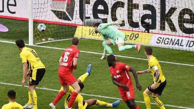 Leipzig's German defender Lukas Klostermann scores past Dortmund's Swiss goalkeeper Roman Buerki during the German first division Bundesliga football match BVB Borussia Dortmund v RB Leipzig in Dortmund, western Germany on May 8, 2021. (Photo by Martin Meissner / POOL / AFP) / DFL REGULATIONS PROHIBIT ANY USE OF PHOTOGRAPHS AS IMAGE SEQUENCES AND/OR QUASI-VIDEO