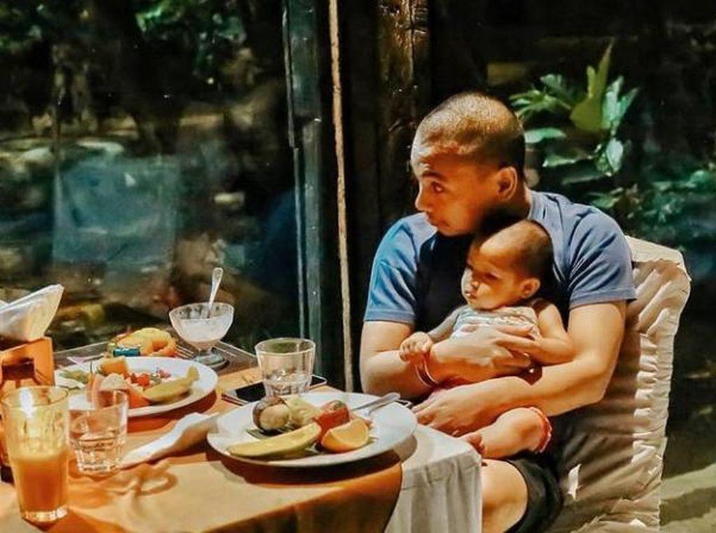 10 Potret Manis Raditya Dika Saat Makan Bersama Istri dan Anaknya