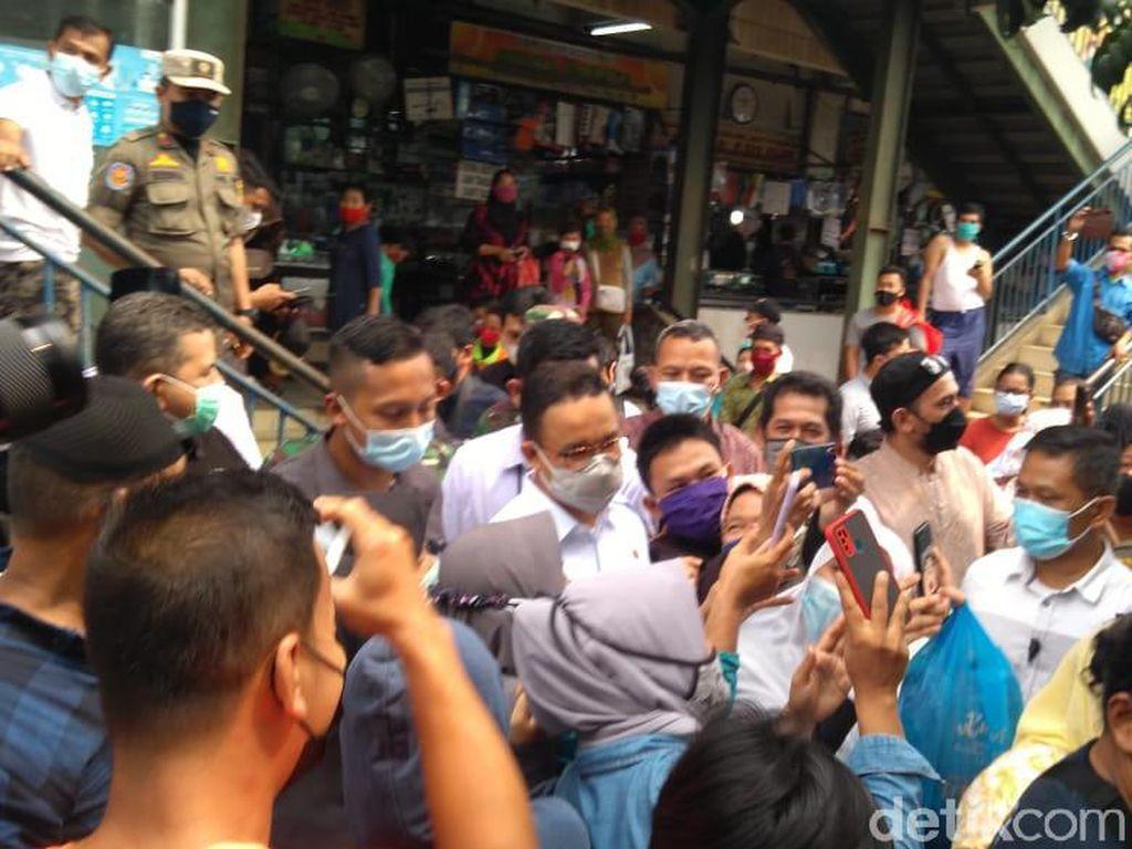 Anies ke Pasar Cengkareng, Warga Berkerumun Nyanyi Ultah-Minta Selfie