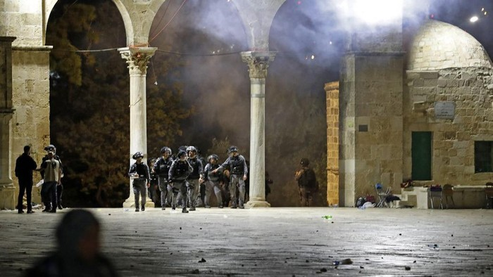 Israeli security forces deploy amid clashes with Palestinian protesters at the al-Aqsa mosque compound in Jerusalem, on May 7, 2021. (Photo by Ahmad GHARABLI / AFP)