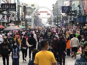 Abai Jaga Jarak, Pengunjung Padati Tempat Belanja di Bandung