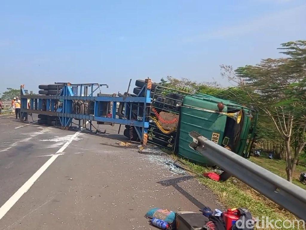 Truk Bawa Pemudik Terguling di Tol Cipali, 2 Orang Terluka