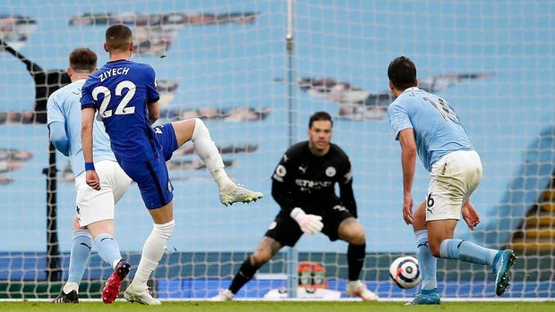 MANCHESTER, ENGLAND - MAY 08: Hakim Ziyech of Chelsea scores their side's first goal past Ederson of Manchester City during the Premier League match between Manchester City and Chelsea at Etihad Stadium on May 08, 2021 in Manchester, England. Sporting stadiums around the UK remain under strict restrictions due to the Coronavirus Pandemic as Government social distancing laws prohibit fans inside venues resulting in games being played behind closed doors. (Photo by Martin Rickett - Pool/Getty Images)