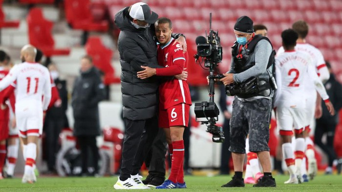 LIVERPOOL, ENGLAND - MAY 08: Jurgen Klopp, Manager of Liverpool celebrates victory with Thiago of Liverpool following the Premier League match between Liverpool and Southampton at Anfield on May 08, 2021 in Liverpool, England. Sporting stadiums around the UK remain under strict restrictions due to the Coronavirus Pandemic as Government social distancing laws prohibit fans inside venues resulting in games being played behind closed doors. (Photo by Alex Pantling/Getty Images)