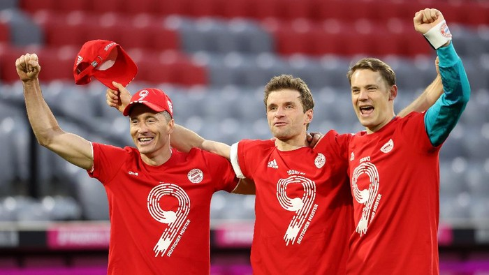 MUNICH, GERMANY - MAY 08: Robert Lewandowski, Thomas Mueller and Manuel Neuer of FC Bayern Muenchen celebrates winning the Bundesliga title after the Bundesliga match between FC Bayern Muenchen and Borussia Moenchengladbach at Allianz Arena on May 08, 2021 in Munich, Germany. Sporting stadiums around Germany remain under strict restrictions due to the Coronavirus Pandemic as Government social distancing laws prohibit fans inside venues resulting in games being played behind closed doors. (Photo by Alexander Hassenstein/Getty Images)