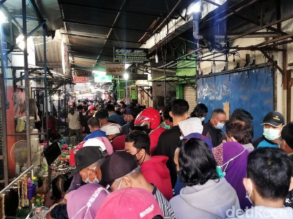 Kerumunan di Pasar Klithikan Solo, Pengunjung Berdesakan