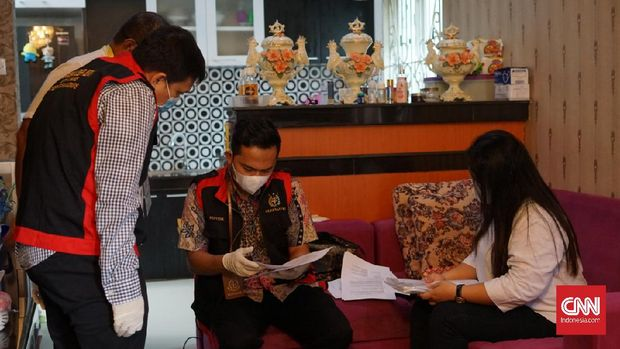 Kejaksaan Negeri (Kejari) Medan melakukan penahanan terhadap eks Bendahara Puskesmas Glugur Darat berinisial EW (35).