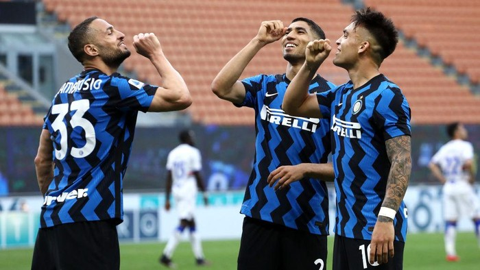 MILAN, ITALY - MAY 08: Lautaro Martinez of FC Internazionale celebrates after scoring their teams fifth goal with Danilo DAmbrosio and Achraf Hakimi of FC Internazionale  during the Serie A match between FC Internazionale  and UC Sampdoria at Stadio Giuseppe Meazza on May 08, 2021 in Milan, Italy. Sporting stadiums around Italy remain under strict restrictions due to the Coronavirus Pandemic as Government social distancing laws prohibit fans inside venues resulting in games being played behind closed doors. (Photo by Marco Luzzani/Getty Images)