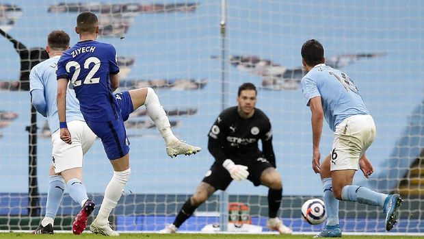 Chelsea's Hakim Ziyech, second from left, shoots to score his side's first goal during the English Premier League soccer match between Manchester City and Chelsea at the Etihad Stadium in Manchester, Saturday, May 8, 2021.(Martin Rickett/Pool via AP)