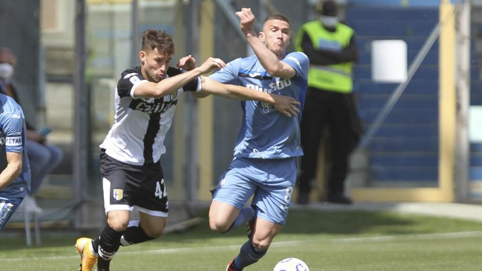 Parmas Maxime Busi, left, and Atalantas Robin Gosens fight for the ball during a Serie A soccer match between Parma and Atalanta, at the Ennio Tardini stadium, in Parma, Italy, Sunday, May 9, 2021. (Michele Nucci/LaPresse via AP)