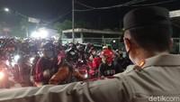 Tak Mau Putar Balik, Pemudik Bunyikan Klakson di Penyekatan Karawang-Bekasi