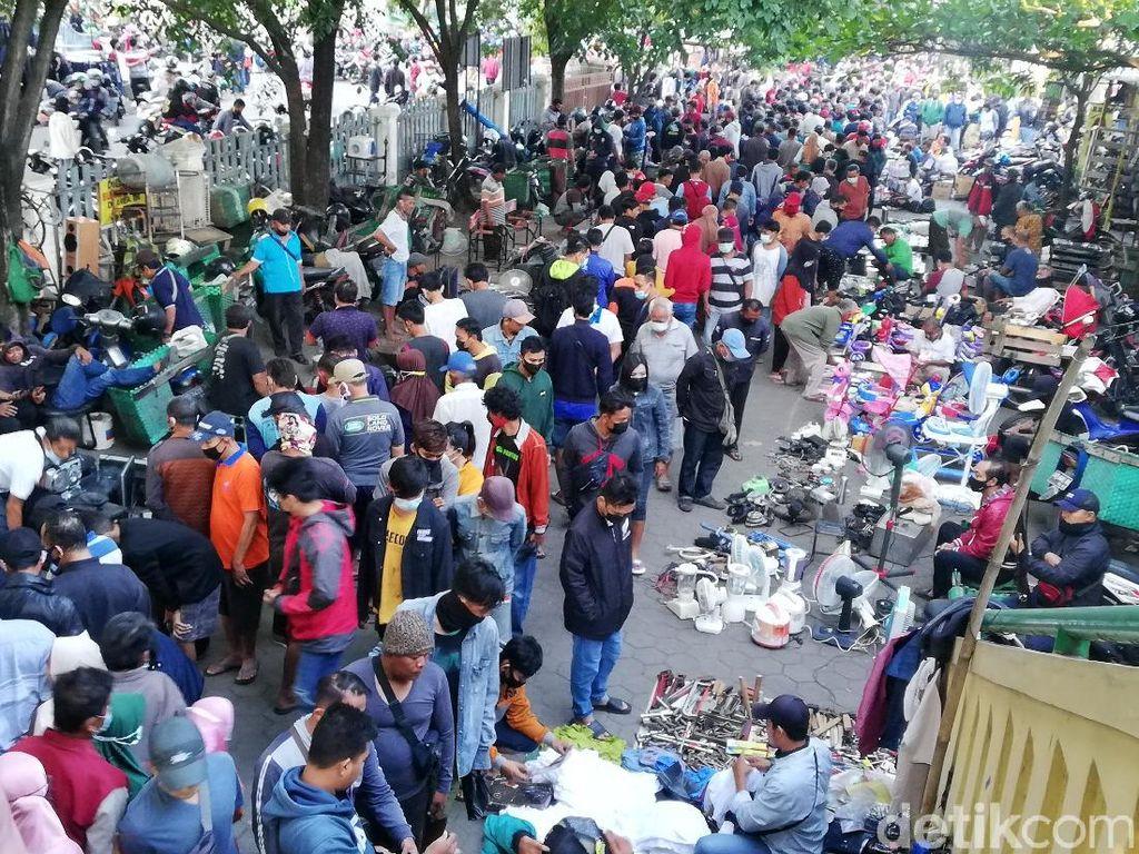 Pengunjung Pasar Klithikan Notoharjo Solo Membeludak!