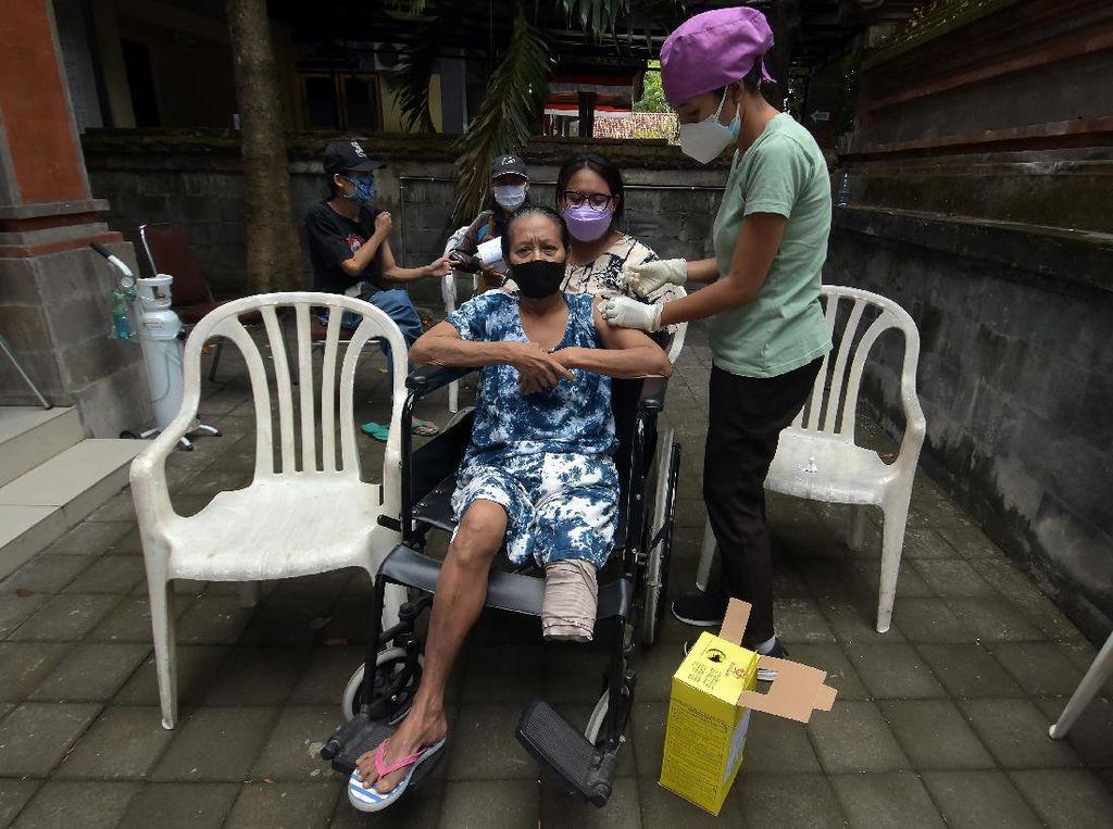 Penyandang Disabilitas di Bali Disuntik Vaksin COVID-19