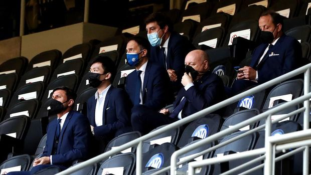 MILAN, ITALY - MAY 08: Steven Zhang, FC Internazionale president looks on during the Serie A match between FC Internazionale  and UC Sampdoria at Stadio Giuseppe Meazza on May 08, 2021 in Milan, Italy. Sporting stadiums around Italy remain under strict restrictions due to the Coronavirus Pandemic as Government social distancing laws prohibit fans inside venues resulting in games being played behind closed doors. (Photo by Marco Luzzani/Getty Images)