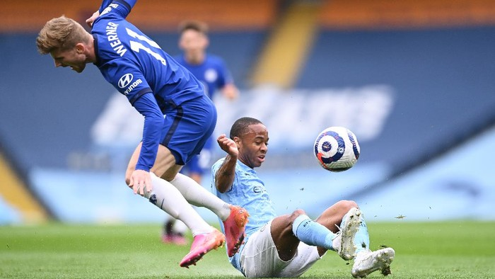 MANCHESTER, ENGLAND - MAY 08: Raheem Sterling of Manchester City tackles Timo Werner of Chelsea during the Premier League match between Manchester City and Chelsea at Etihad Stadium on May 08, 2021 in Manchester, England. Sporting stadiums around the UK remain under strict restrictions due to the Coronavirus Pandemic as Government social distancing laws prohibit fans inside venues resulting in games being played behind closed doors. (Photo by Laurence Griffiths/Getty Images)