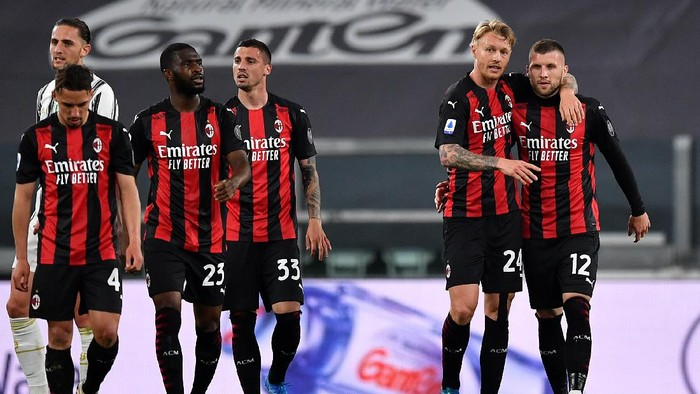TURIN, ITALY - MAY 09: Ante Rebic of A.C. Milan celebrates with Simon Kjaer after scoring their sides second goal during the Serie A match between Juventus  and AC Milan at  on May 09, 2021 in Turin, Italy. Sporting stadiums around Italy remain under strict restrictions due to the Coronavirus Pandemic as Government social distancing laws prohibit fans inside venues resulting in games being played behind closed doors. (Photo by Valerio Pennicino/Getty Images)