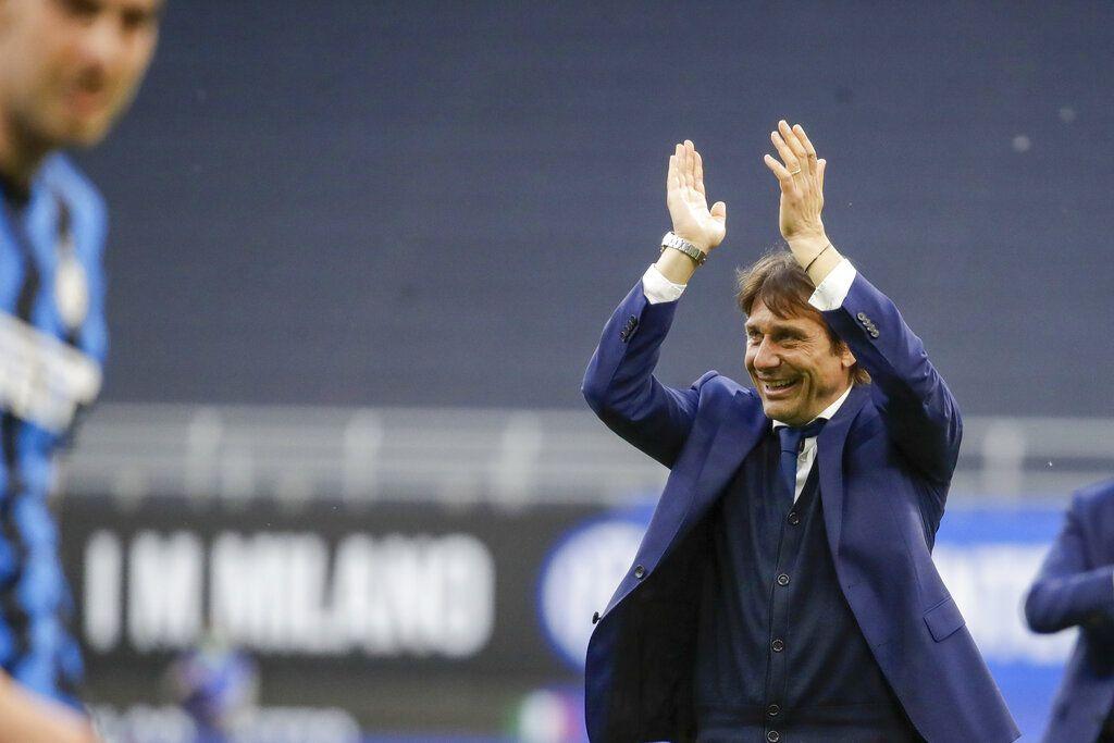 Huấn luyện viên trưởng của Inter Milan, Antonio Conte, ăn mừng khi kết thúc trận đấu ở Serie A giữa Inter Milan và Sampdoria, tại sân vận động San Siro của Milan, thứ Bảy, ngày 8 tháng 5 năm 2021. (Ảnh AP / Luca Bruno)