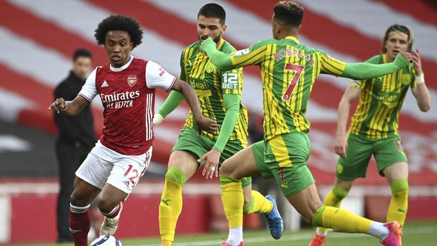 Arsenal's Willian, left, West Bromwich Albion's Callum Robinson, right, and West Bromwich Albion's Okay Yokuslu, centre, challenge for the ball during the English Premier League soccer match between Arsenal and West Bromwich Albion at the Emirates Stadium in London, England, Sunday, May 9, 2021. (Andy Rain/ Pool via AP)