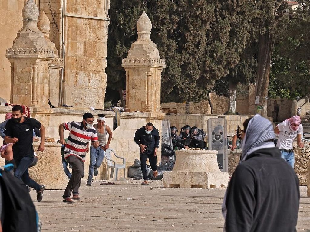 Ratusan Orang Luka-luka dalam Bentrokan Terbaru Dekat Al-Aqsa