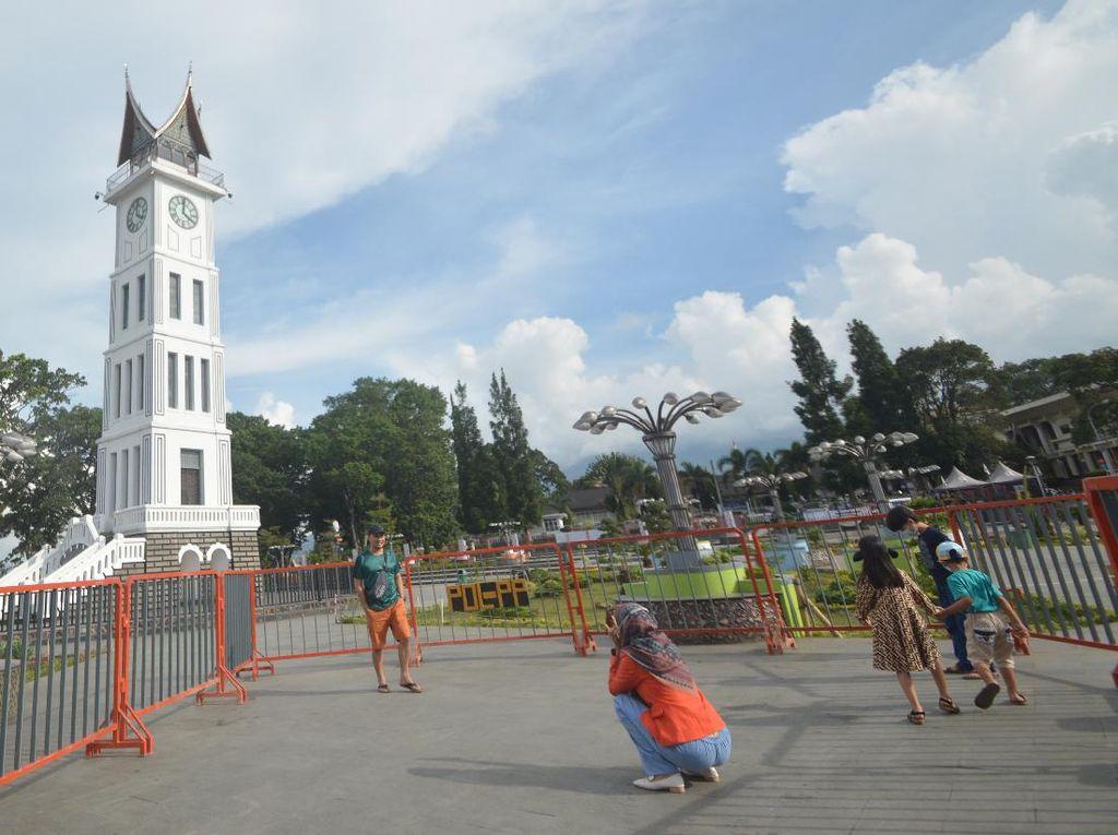 Hari Pertama PPKM di Bukittinggi, Area Jam Gadang Dipagari Besi