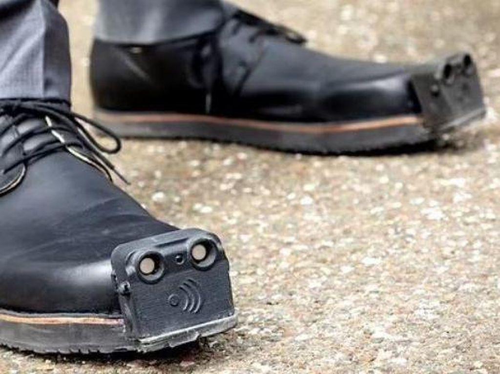 Canggih! Sepatu Pintar Untuk Tunanetra, Bisa Deteksi Rintangan saat Berjalan