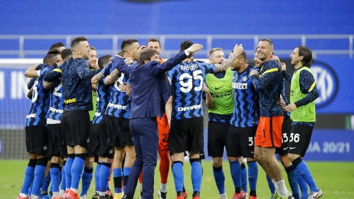 Inter Milans head coach Antonio Conte, center, celebrates with his teammates at the end of a Serie A soccer match between Inter Milan and Sampdoria, at Milans San Siro stadium, Saturday, May 8, 2021. (AP Photo/Luca Bruno)