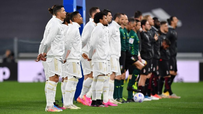 TURIN, ITALY - MAY 09: Cristiano Ronaldo of Juventus lines up alongside his team mates prior to the Serie A match between Juventus  and AC Milan at  on May 09, 2021 in Turin, Italy. Sporting stadiums around Italy remain under strict restrictions due to the Coronavirus Pandemic as Government social distancing laws prohibit fans inside venues resulting in games being played behind closed doors. (Photo by Valerio Pennicino/Getty Images)