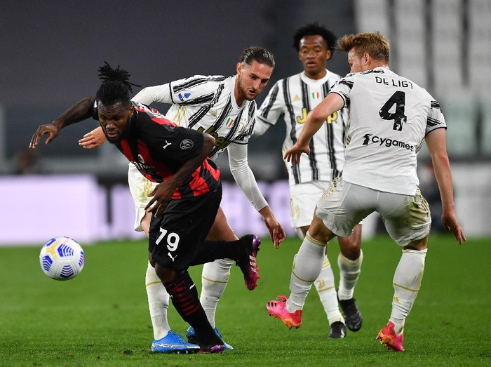 TURIN, ITALY - MAY 09: Franck Kessie of A.C. Milan is challenged by Adrien Rabiot of Juventus during the Serie A match between Juventus  and AC Milan at  on May 09, 2021 in Turin, Italy. Sporting stadiums around Italy remain under strict restrictions due to the Coronavirus Pandemic as Government social distancing laws prohibit fans inside venues resulting in games being played behind closed doors. (Photo by Valerio Pennicino/Getty Images)