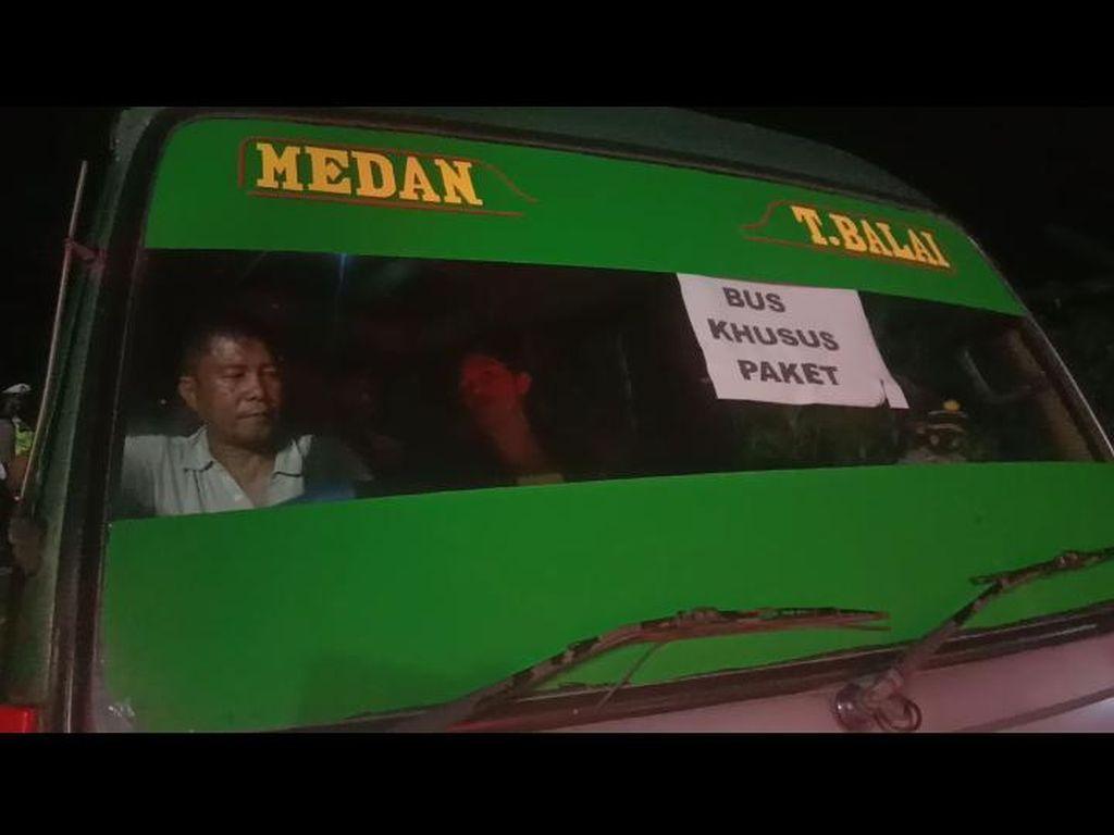 Kendaraan Berstiker Bus Khusus Paket Isi Pemudik Diputar Balik di Asahan