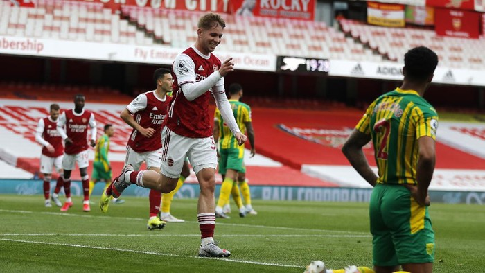LONDON, ENGLAND - MAY 09: Emile Smith Rowe of Arsenal celebrates after scoring their sides first goal during the Premier League match between Arsenal and West Bromwich Albion at Emirates Stadium on May 09, 2021 in London, England. Sporting stadiums around the UK remain under strict restrictions due to the Coronavirus Pandemic as Government social distancing laws prohibit fans inside venues resulting in games being played behind closed doors. (Photo by Frank Augstein - Pool/Getty Images)