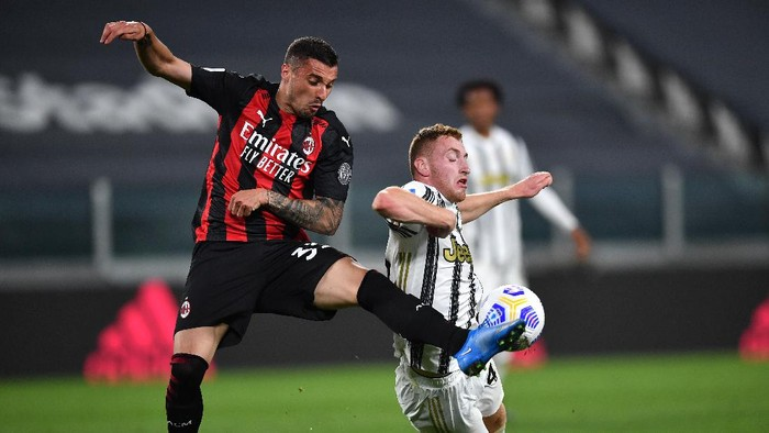TURIN, ITALY - MAY 09: Rade Krunic of A.C. Milan battles for possession with Dejan Kulusevski of Juventus during the Serie A match between Juventus  and AC Milan at  on May 09, 2021 in Turin, Italy. Sporting stadiums around Italy remain under strict restrictions due to the Coronavirus Pandemic as Government social distancing laws prohibit fans inside venues resulting in games being played behind closed doors. (Photo by Valerio Pennicino/Getty Images)