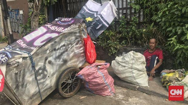 Suyatno (58) dan Carsih (50) duduk berpeluh keringat di bawah terik matahari di pinggir Jalan Ciledug Raya, Jakarta Selatan, Rabu (5/5). Mereka adalah pasangan suami istri yang tinggal dan beraktivitas dengan gerobak atau yang akrab dengan istilah 'manusia gerobak'. (CNN Indonesia/Martahan Sohuturon)