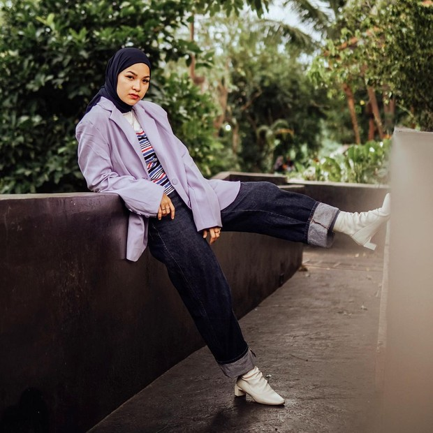 Marsha Natika dengan outer blazer lilac dan cuff jeans/instagram.com/marshanatika