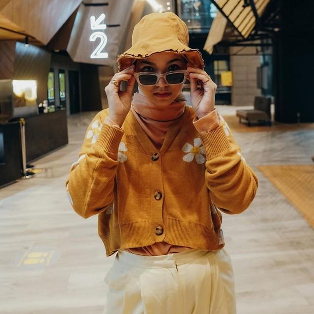 Marsha Natika mengenakan atasan kerdigan rajut dan bukcet hat/instagram.com/marshanatika