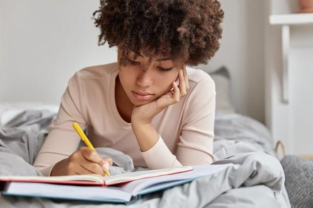 Kamu bisa mengatasi amarah dengan membuat jurnal, bahkan kamu juga bisa menulis surat yang mengatakan semua hal yang ingin kamu katakan kepada mantan tanpa mengirimnya.
