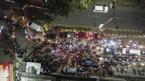 Sejumlah kendaraan terjebak kemacetan saat akan melintas di posko penyekatan mudik di Kedungwaringin, Kabupaten Bekasi, Jawa Barat, Minggu (9/5/2021). ANTARA FOTO/ Fakhri Hermansyah/hp.
