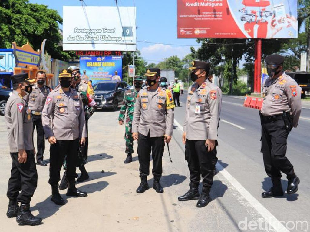 Ratusan Mobil Pemudik Dihalau Balik Kanan di Perbatasan Jatim-Jateng