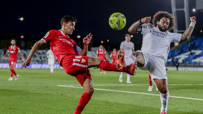 Sevillas Jesus Navas, left, vies for the ball with Real Madrids Marcelo during the Spanish La Liga soccer match between Real Madrid and Sevilla at the Alfredo di Stefano stadium in Madrid, Spain, Sunday, May 9, 2021. (AP Photo/Manu Fernandez)