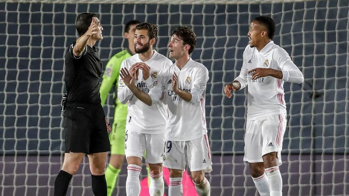 Real Madrid players argue with the referee during the Spanish La Liga soccer match between Real Madrid and Sevilla at the Alfredo di Stefano stadium in Madrid, Spain, Sunday, May 9, 2021. (AP Photo/Manu Fernandez)