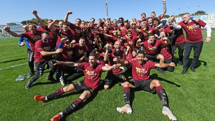 PESCARA, ITALY - MAY 10: US Salernitana players celebrate the victory after the Serie B match between Pescara Calcio and US Salernitana at Adriatico Stadium on May 10, 2021 in Pescara, Italy.  (Photo by Francesco Pecoraro/Getty Images)