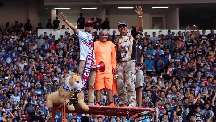 Sapri Pantun (tengah) bersama Yuli Sumpil (kiri) pemimpin Aremania.