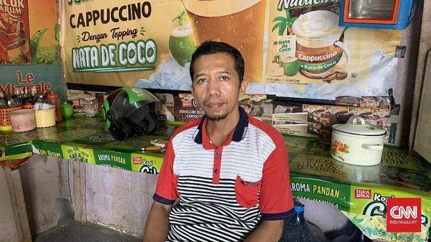 Hidayat, penjual mie ayam dan pemilik warung di Terminal Pondok Pinang.