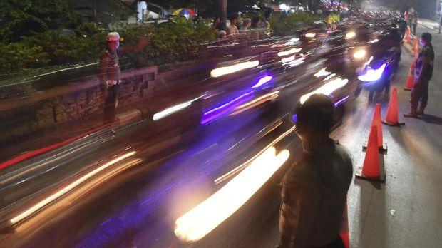 Petugas melakukan diskresi meloloskan sejumlah pemudik untuk mencegah kemacetan saat melintasi posko penyekatan mudik di Kedungwaringin, Kabupaten Bekasi, Jawa Barat, Senin (10/5/2021). Petugas gabungan memutar balikan ribuan pemudik yang melintasi pos penyekatan perbatasan Bekasi -Karawang, Jawa Barat. ANTARA FOTO/Wahyu Putro A/pras.