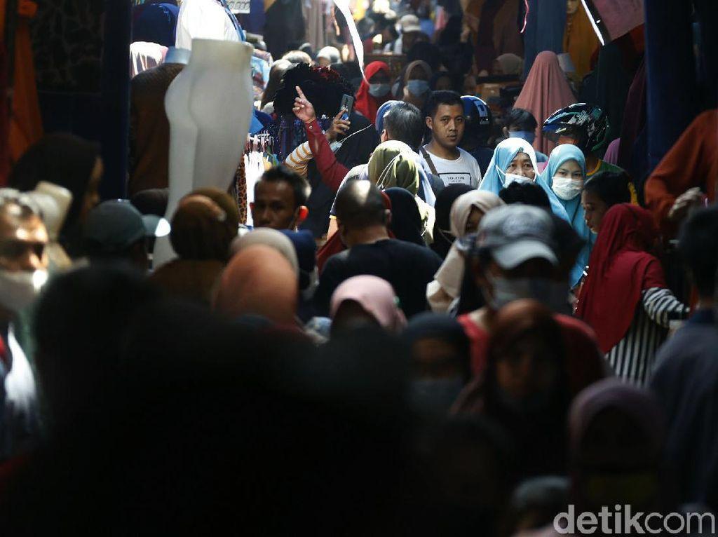 H-2 Lebaran, PKL di Pasar Tanah Abang Masih Ramai