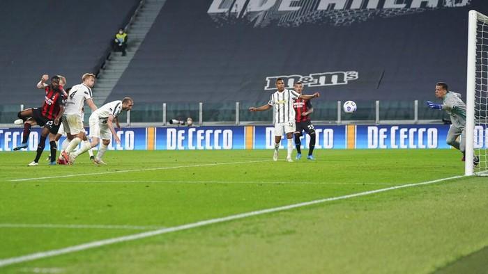 Milans Fikayo Tomori, left, scores a goal during the Italian Serie A soccer match between Juventus and Milan, at the Juventus Stadium, in Turin, Italy, Sunday, May 9, 2021. (Spada/LaPresse via AP)